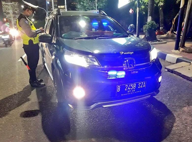 Polisi Tilang Pengendara yang Pasang Strobo pada Mobil. Foto: Istimewa/Instagram/tmcpoldametro.