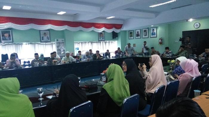 Masyarakat dari berbagai komunitas halal mendatangi MUI terkait imunisasi measles rubella (MR). (Faiq Hidayat/detikcom)