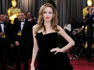 Angelina Jolie Kencan dengan Sineas Kamboja