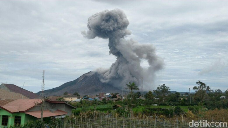 Sinabung Kembali Erupsi, Warga Diminta Menjauh hingga 7 Km