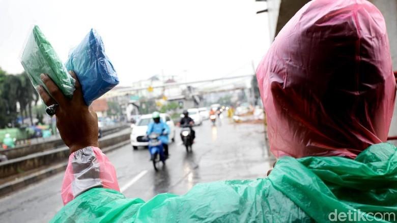 Musim Hujan, Pedagang Jas Hujan Keliling Kembali Marak