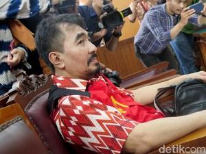 Mengenakan Batik, Aa Gatot Brajamusti Jalani Sidang Kasus Dugaan Asusila