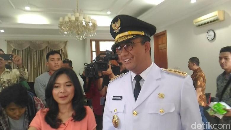 Senyum Semringah Anies Pakai Baju Gubernur DKI