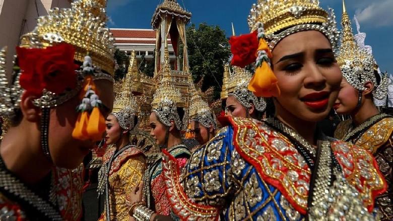 Para penari berlatih untuk upacara pemakan Raja Rama XI (Athit Perawongmetha/Reuters)