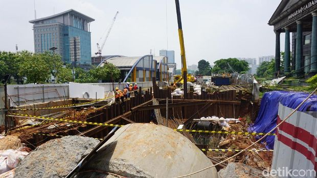 Tanah di depan Menara Saidah, Jakarta Selatan, longsor.