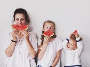Keren Nih, Ibu dan Anak Kompak Bikin Foto Lucu-lucu
