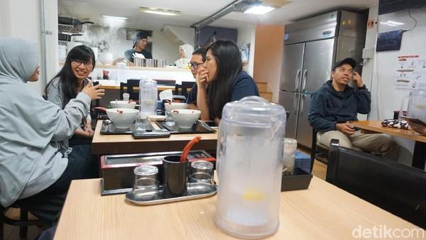 Kedai ramen ini jadi favorit bagi mahasiswa Indonesia yang kuliah di Jepang. Seperti contohnya mereka, mahasiswa S2 dari Universitas Osaka (Wahyu/detikTravel)