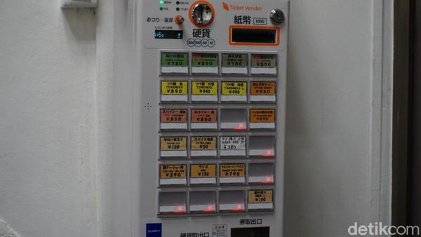 Untuk memesan ramen, traveler harus menggunakan vending machine ini. Traveler tinggal masukkan uang, lalu memencet jenis ramen yang diinginkan. Mesin ini akan mengelurkan tiket, plus kembalian (jika ada). Nah, tiket inilah yang harus diserahkan ke pelayan kedai (Wahyu/detikTravel)
