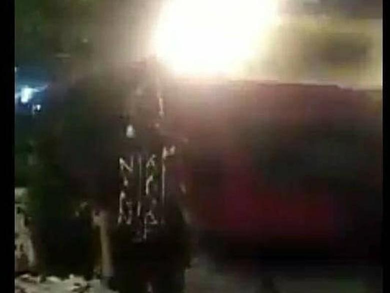 Ngeri! Viral Video Pria Mau Eksis Foto Malah Tersambar KRL
