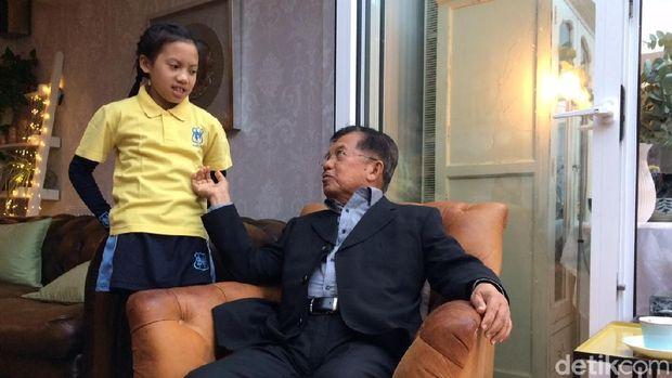 Canda Wapres JK dengan Cucu di Hari Sepak Bola Inggris