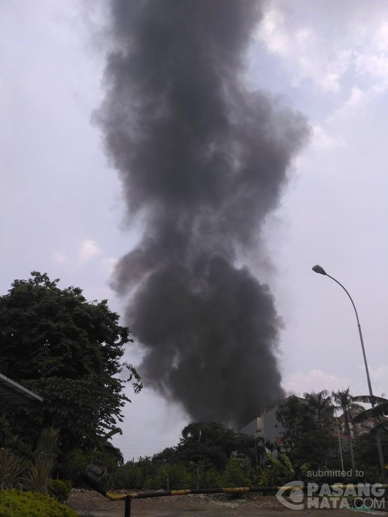 Tumpukan Sampah Terbakar dan Menyambar Gubuk di Koja