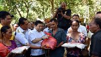 Kunjungi Pengungsi Gunung Agung, Setya Novanto Beri Sembako
