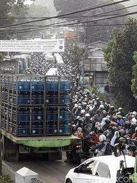 Dihantui Macet, Kades di Sukabumi Buat Surat Terbuka untuk Jokowi