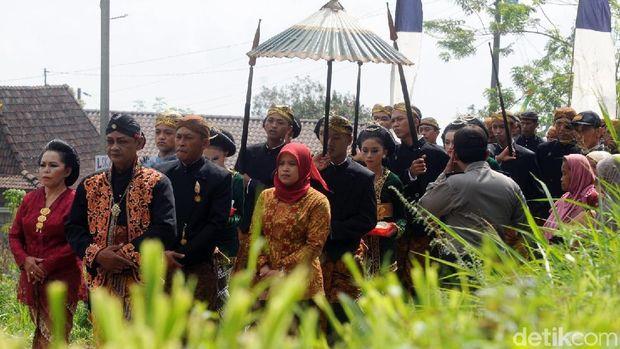 Warga Padati Ganti Selimut Makam Maulana Ibrahim di Lereng Merbabu