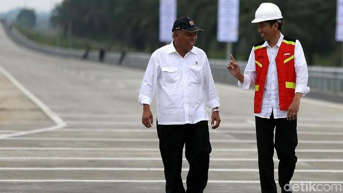 Presiden Jokowi meresmikan dua ruas tol Trans Sumatera, Jumat (13/10). 2 Ruas tersebut adalah Tol Medan-Binjai seksi 2 dan 3 dan Medan-Kualanamu-Tebing Tinggi seksi 2-6.