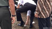 Foto: Saat Jokowi Bersihkan Sepatu yang Berlumpur