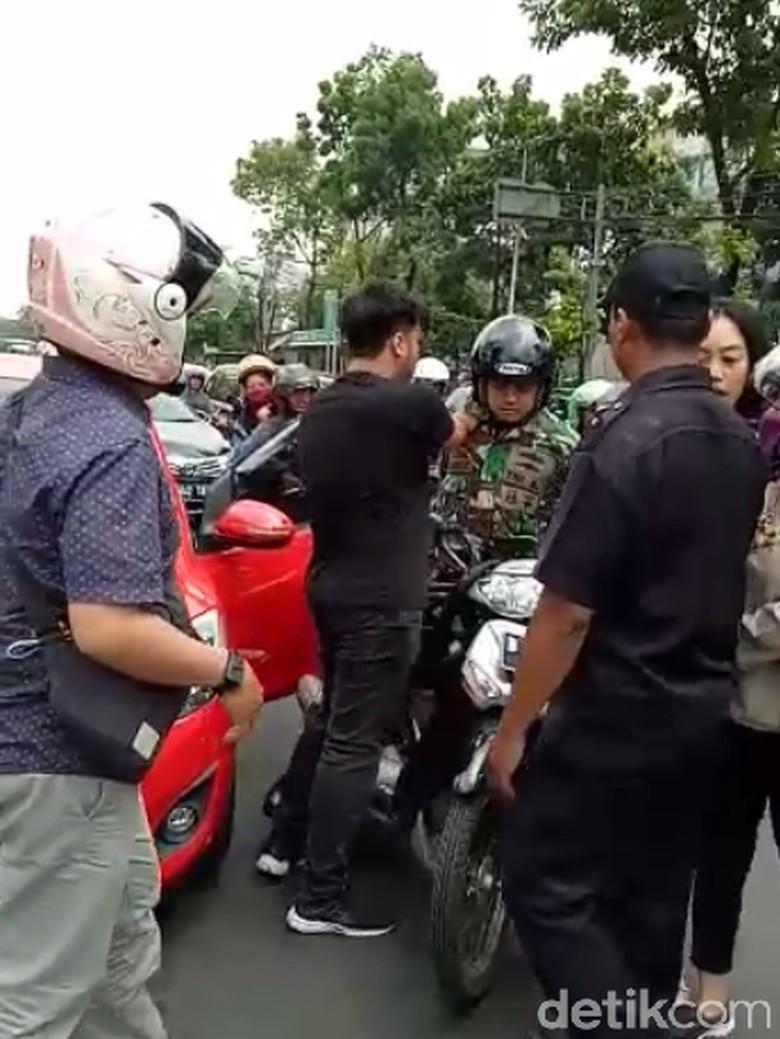 Anggota TNI Baku Hantam dengan Pemobil karena Istri Terlempar Sampah