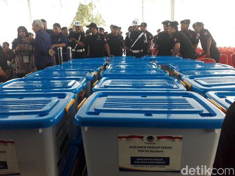 NasDem bawa 39 boks berisi dokumen saat dafrar jadi peserta Pemilu 2019