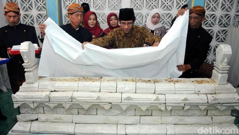 Warga Padati Tradisi Ganti Selimut Makam Maulana Ibrahim di Merbabu
