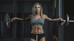 Lauren Drain (31) adalah seorang perawat, personal trainer, dan model fitness. Oleh netizen ia disebut-sebut sebagai perawat terseksi sedunia.