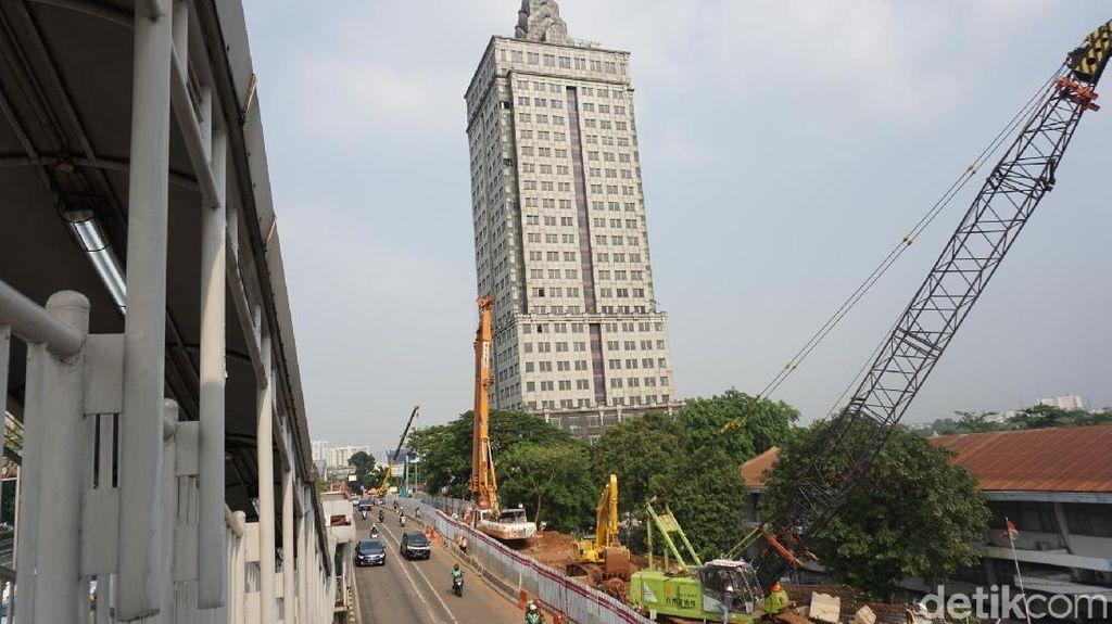 Inneke Koesherawati dan Menara Miring Saidah