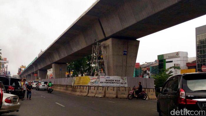 Dipantau detikFinance dari lokasi proyek di Kelapa Gading, Jumat (13/10/2017) LRT memiliki tiga lot yang terdiri dari lima seksi dan satu depo stasiun.