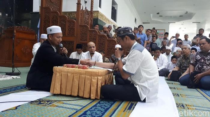 Suasana haru  terlihat saat Supardi (36) warga Tionghoa mengucapkan syahadat usai salat Jumat (13/10/2017) di masjid Agung Annur Pekanbaru. Para jemaah pun berlinang air mata sembari mengucapkan selamat kepada Supardi.