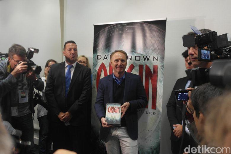 Sebelum menggelar Reading Season with Dan Brown di Messe Frankfurt, Dan Brown menggelar jumpa pers pada Kamis (12/10). Foto: Ken Yunita/ detikHOT