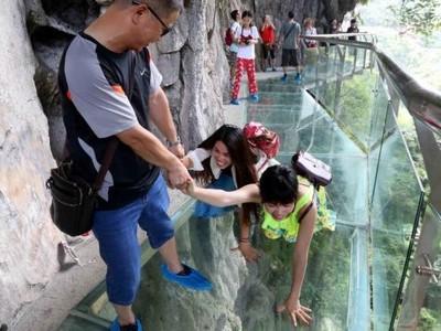 Ngeri-ngeri Sedap! Naik Jembatan Gantung Kaca di China