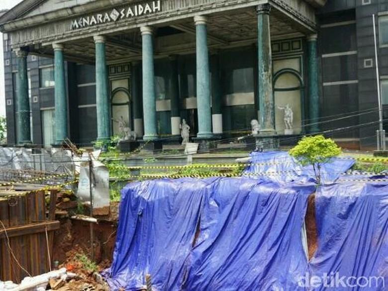 Longsor di Depan Menara Saidah karena Galian Konstruksi LRT