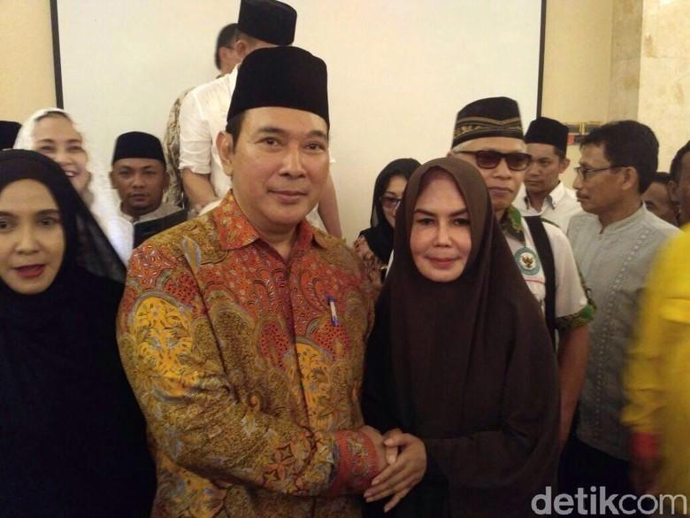 Saat Tommy Soeharto Digilir Foto Sama Ibu-ibu