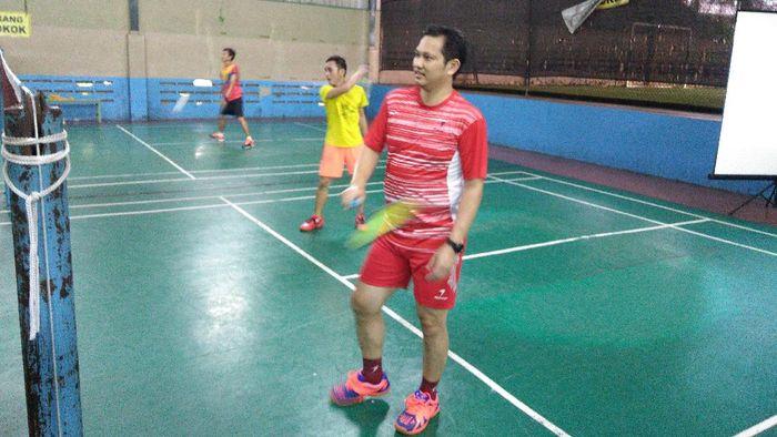 Ketum PSI Grace Natalie adu kehebatan dalam pertandingan bulu tangkis melawan legenda pebulu tangkis Indonesia Hariyanto Arbi.