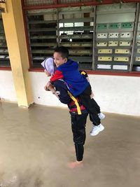 Viral Foto Guru Cantik Gendong Murid di Tengah Banjir, Bikin Kagum Netizen