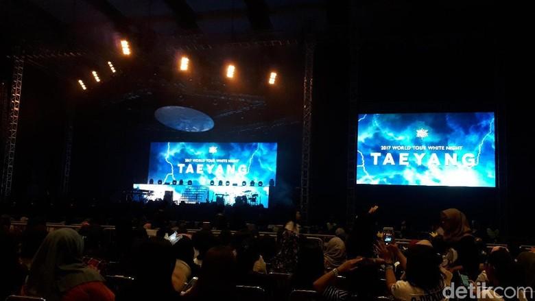 Bermandikan Cahaya Bareng Taeyang di White Night in Jakarta