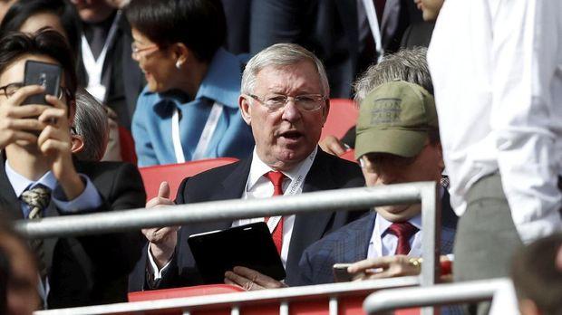 Sir Alex Ferguson menyaksikan laga MU vs Liverpool.