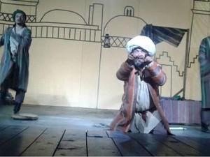 Dua Pemain Teater Ditangkap karena Berjanggut