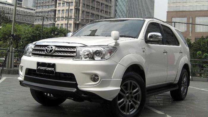 Penjualan mobil di Indonesia masih didominasi merek-merek Jepang. Mobil terlaris selama September 2017 itu adalah Toyota Avanza (8.083 unit), Toyota Calya (5.147 unit), Toyota Kijang Innova (4.977 unit), Daihatsu Sigra (3.878 unit), Honda Brio Satya (3.559 unit), Daihatsu Granmax Pikap (3.547 unit), Daihatsu Xenia (3.115 unit), Suzuki Carry MT Pikap (3.068 unit), Honda HR-V (2.864 unit), Suzuki Ertiga (2.713 unit), Daihatsu Ayla (2.561 unit), Honda BR-V (2.471 unit), Mitsubishi Pajero Sport (2.328 unit), Honda Mobilio (2.031 unit), Toyota Fortuner (1.963 unit). Honda CR-V (1.713 unit), Suzuki APV (1.615 unit), Toyota Sienta (1.612 unit), Toyota Agya (1.496 unit), dan Toyota Rush (1.441 unit).