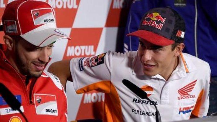 Andrea Dovizioso dan Marc Marquez (Foto: AFP PHOTO / TOSHIFUMI KITAMURA)