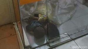 Fakta Foto Viral 2 Bocah yang Tidur di ATM Galur Jakpus