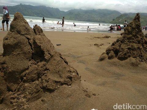 Hamparan pasir Pantai Sidem/