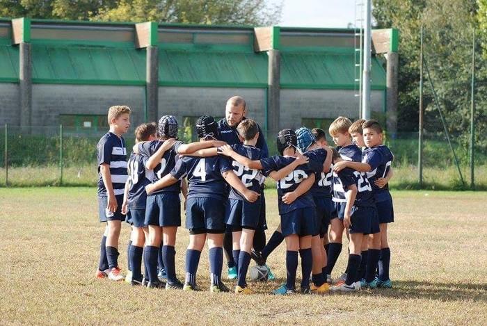 Olahraga di hari Minggu bisa sekaligus ajang berkumpul dengan sahabat lho. Contoh anak-anak ini yang bermain rugby saat akhir pekan. (Foto: Instagram @jacklav3)