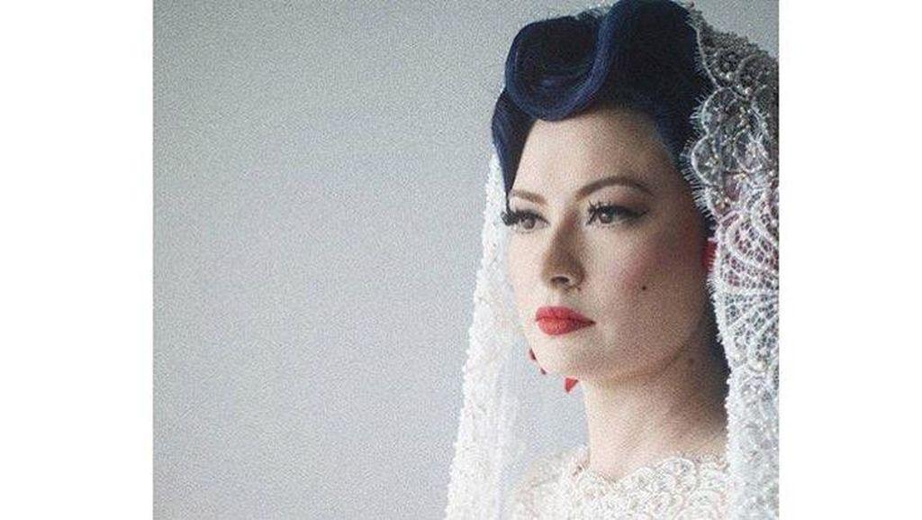 Uniknya Penampilan Gadis Pin Up Claudia Adinda Saat Dinikahi Derby Romero
