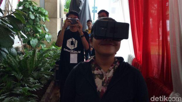 Serunya Warga Jajal Kacamata Virtual Reality di Balai Kota DKI