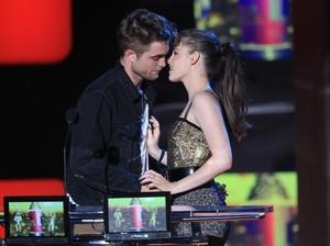 Putus dari FKA Twigs, Robert Pattinson Kembali Pacari Kristen Stewart?