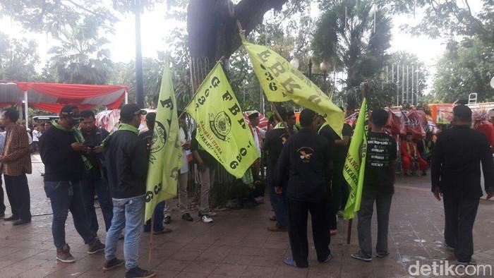 Warga membawa bendera FBR (Foto: Marlinda Oktavia Erwanti/detikcom)
