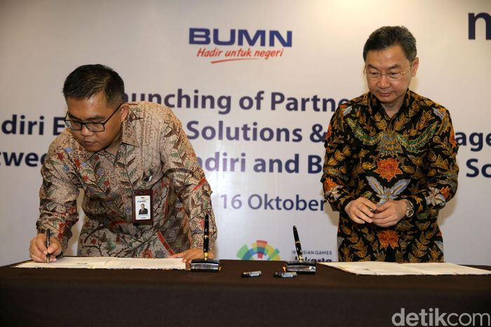 Penandatanganan kerja sama dilakukan oleh Direktur Digital Banking & Technology Bank Mandiri Rico Usthavia Frans dan President Director of Bina Bangsa School Surya Putra Subandi di Jakarta, Senin (16/10/2017).