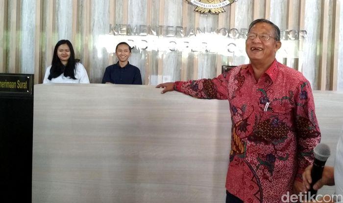 Menteri Koordinator Bidang Perekonomian, Darmin Nasution tampak sangat semringah saat meresmikan lobi baru di Kantor Kementerian Koordinator Bidang Perekonomian, pagi ini, Senin (16/10/2017).
