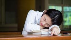 Sering mendadak mengantuk setelah makan siang? Itu akibat lonjakan gula darah. Begini cara efektif untuk mencegahnya terjadi lagi hari ini.