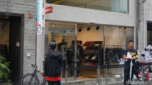 Penampakan toko Supreme dan penjaga keamanannya (Wahyu/detikTravel)