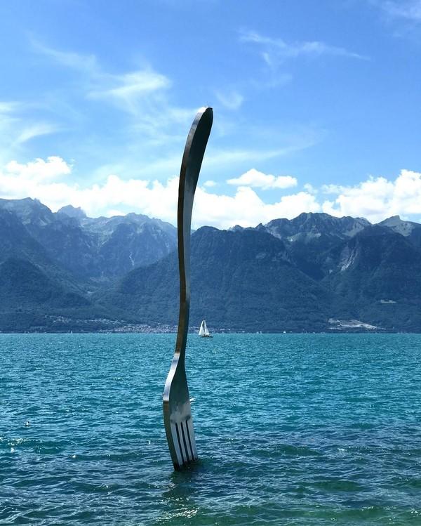 Museum Alimentarium terletak di tepi Danau Jenewa di Kota Vevey, Swiss. Salah satu karya seni yang ada begitu menarik perhatian, yaitu La Fourchette (The Fork) yang berupa garpu raksasa (wccolares/Instagram)